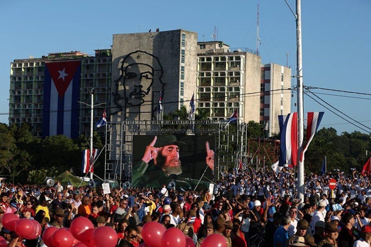 """Törende konuşan Üniversite Öğrencileri Federasyonu lideri Jennifer Bello Martinez, Küba'nın bağımsızlığını ve egemenliğini koruyacağını belirterek, """"Küba tek bir ilkesinden bile vazgeçmeyecek"""" dedi."""