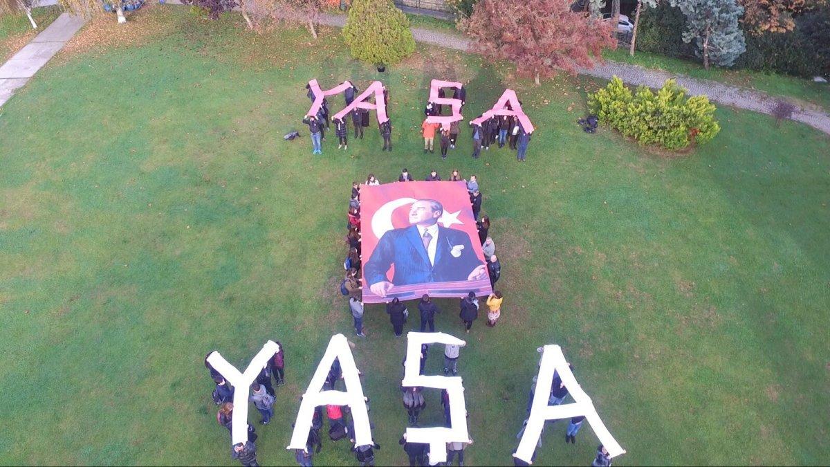 Boğaziçi Üniversitesi öğrencileri, 10 Kasım saat 9'u 5 geçe yaptığı anmanın ardından hazırladığı koreografi ile Yaşa Mustafa Kemal Paşa yazdı.
