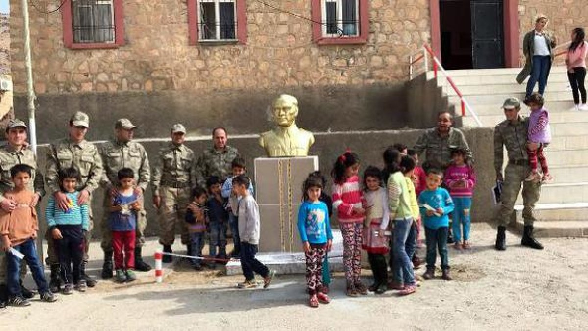 Derik'te onarılan Atatürk büstü yerine konuldu