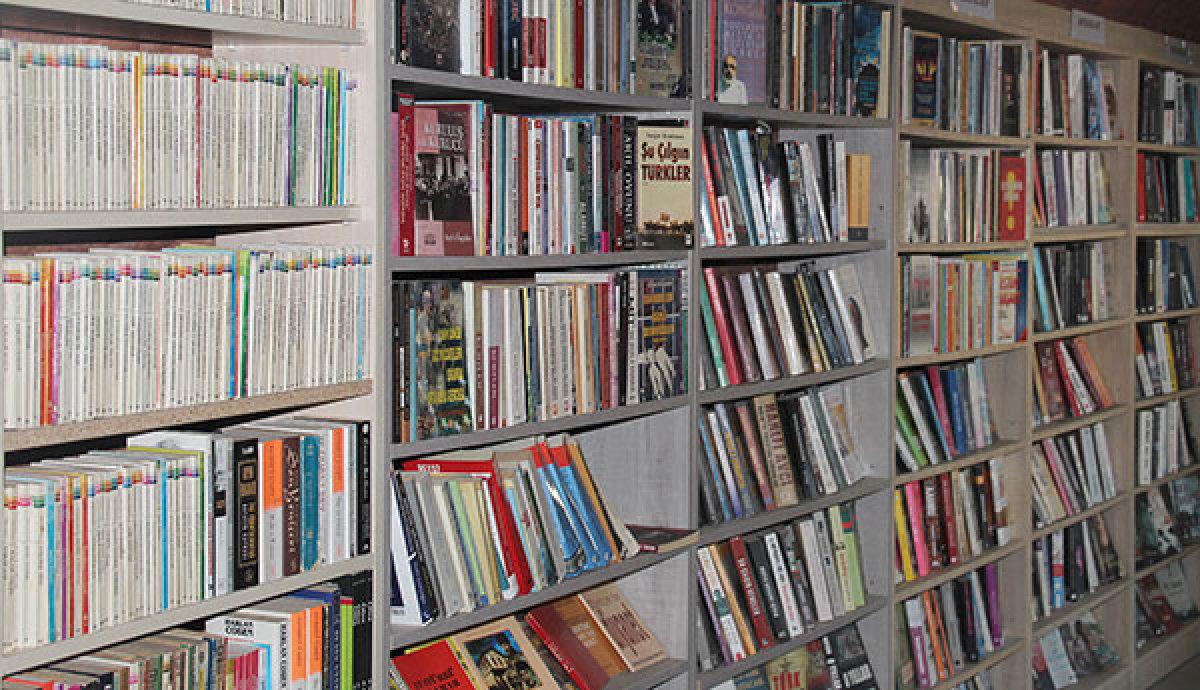 Belediye işçileri çöpe atılan kitaplardan kütüphane kurdu