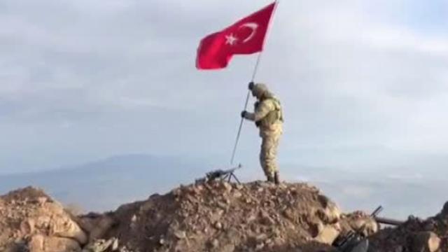 Mehmetçik Darmık dağına Türk bayrağını dikti