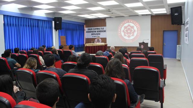 Cumhuriyet Üniversitesi öğrencileri edebiyatçı Onur Caymaz ile buluştu