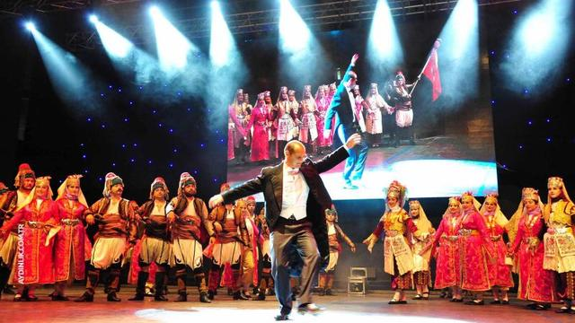 Atatürk gençliği zeybek gösterisiyle hayran bıraktı