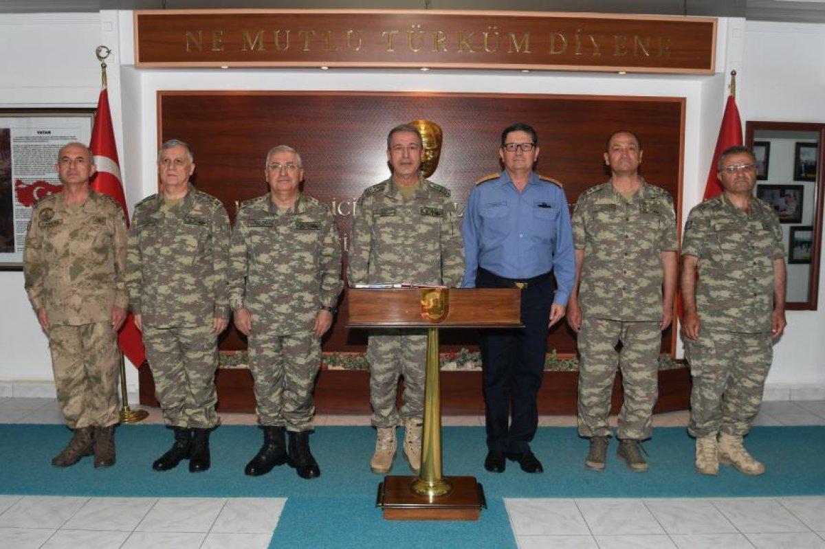Genelkurmay Başkanı ve kuvvet komutanları sınıra giderek incelemelerde bulundu.