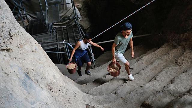 """500 bin yıllık mağarada """"cımbız""""la tarih ayıklıyorlar"""
