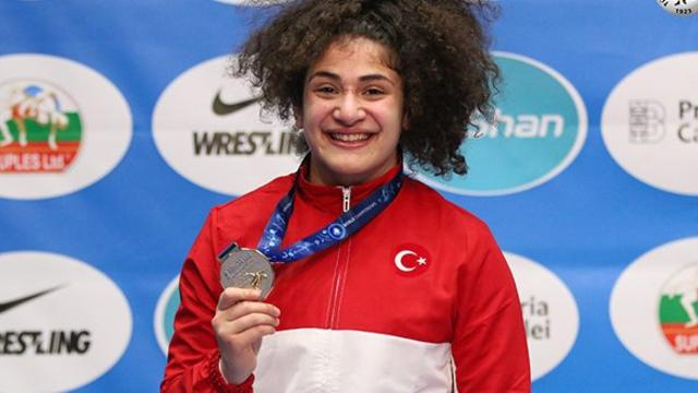 Milli Güreşçi Ayşegül Özbeğe'den Gümüş Madalya