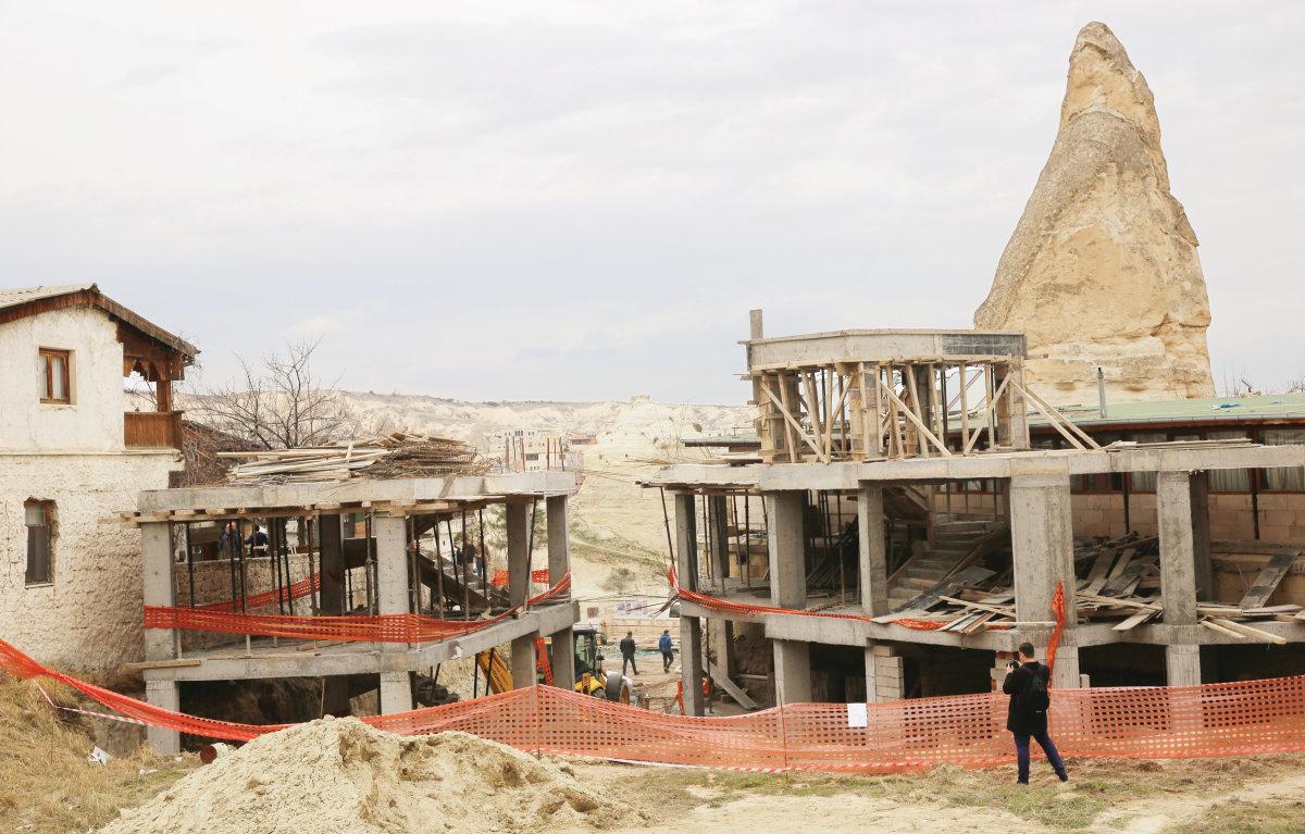 Peri Bacalarının Yanına İnşa Edilen Ucube Otel Yıkıldı