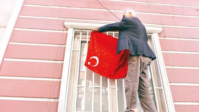 Aileler HDP Binasına Ay Yıldızlı Şal Astı
