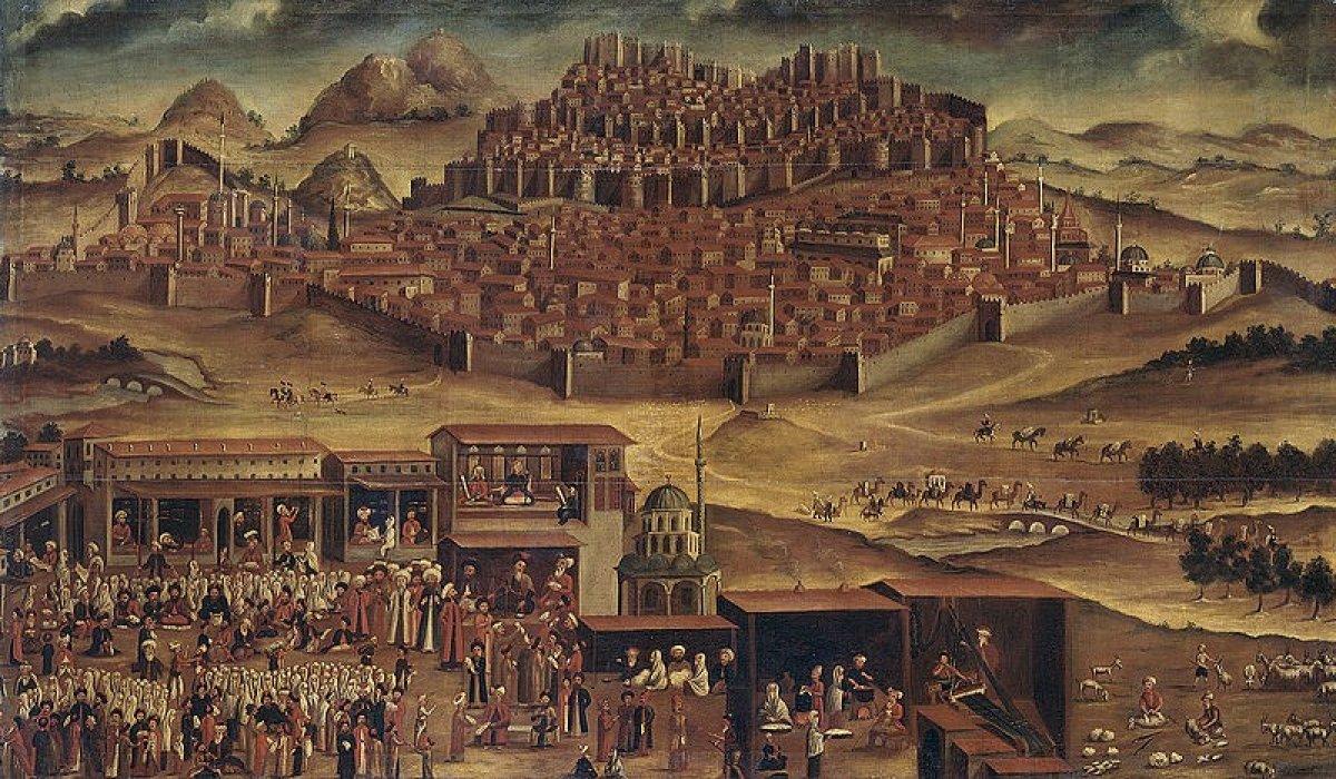 Kuruluş tarihi tam olarak bilinmese de Hititlilere kadar uzandığı öngörülen Ankara kenti, değişik zamanlarda önem kazanmış olan Anadolu'nun ana ticaret yollarından Kral Yolu ve İpek Yolu üzerindeki konumu refah getirmiştir. Ankara kalesinin ve kentinin yerleştiği tepe ile bunun karşısında yer alan Hıdırlık Tepesi hem ticaret yolları üzerinde hem de Engürü Ovası üzerinde çok stratejik bir denetim noktası oluşturmaktadır. Bir merkez olacak şekilde tüm bu yolların ortasında bulunan kent, tarih boyunca kentsel yerleşim alanı olmuş, aynı zamanda askeri ve ticari bir girizgâh işlevi de üstlenmiştir.