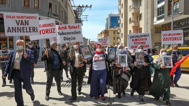 Vanlı aileler HDP'ye karşı yürüdü