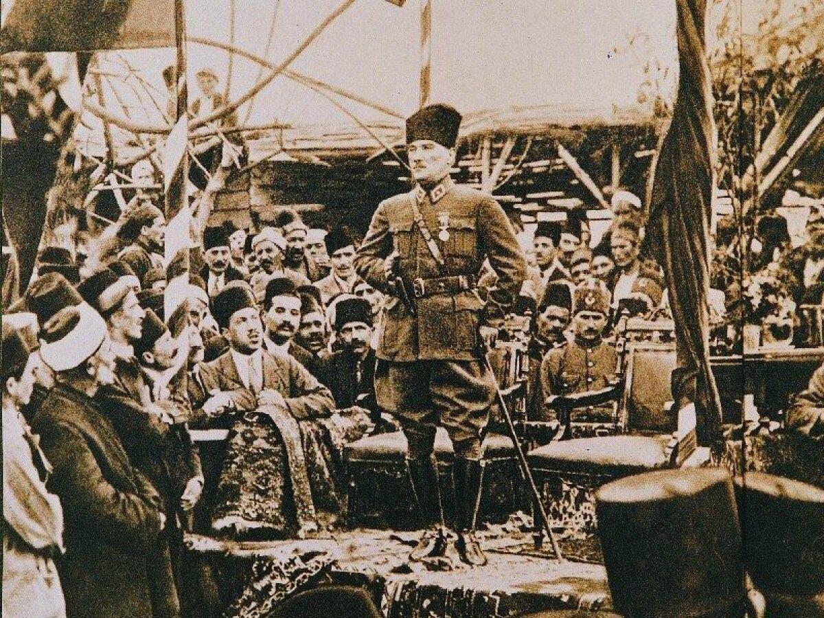Atatürk'le Savaşan Türkiye'yle Savaşır